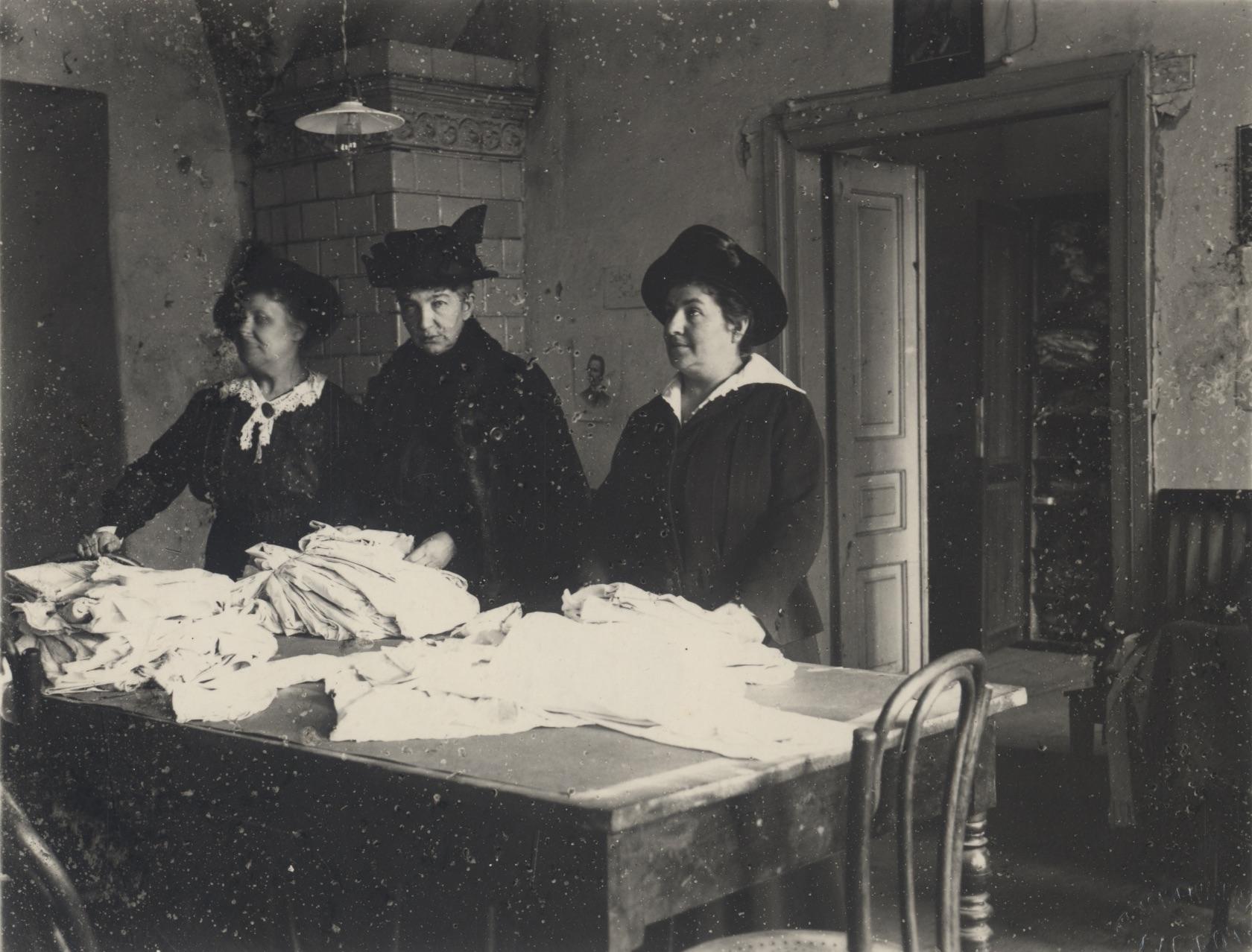 Członkinie Białego Krzyża przygotowują paczki dla żołnierzy na froncie. Warszawa, 1920 r. / Wojskowe Biuro Historyczne